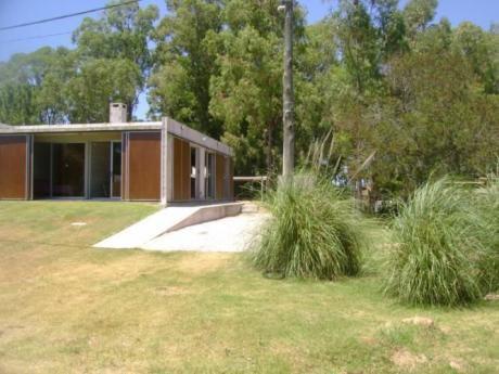 El Placer. Casa Ubicada En La Mitad De La Playa Brava.