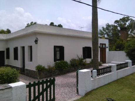 Cómoda Casa Antigua Bien Mantenida Con Amplio Jardin Muy Cuidado