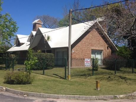 Casa Amplia Con 3 Dormitorios Y 2 Baños Con Reja Perimetral
