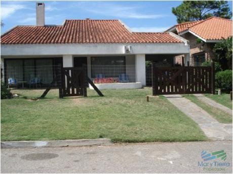 Hermosa Casa A Dos Cuadras Exactamente Del Mar, Playa Mansa!!!