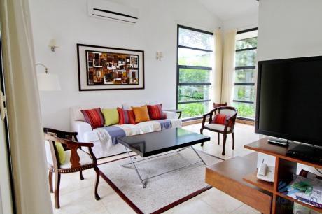 En Alquiler!!  Moderna Casa Ubicada A 1 Cuadra Del Mar, Con Vista Parcial Desde El Dormitorio Principal.