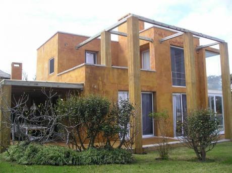 Casa Estilo Moderno Sectorizada. Parrillero Y Piscina.