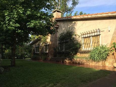 Hermoso Chalet Con Amplio Parque-jardín Con Parrillero