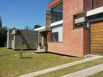 Hermosa Casa Muy Luminosa. Fondo Con Parrillero Y Piscina