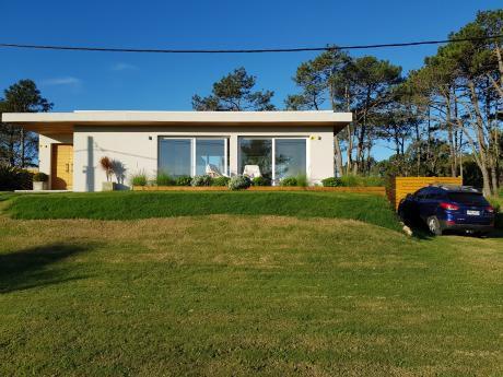 Casa A 150 Mts De Playa, 2 Dormitorios, Gran Living 40 Mts, Ac, 850 Mts Total