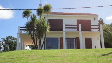 Preciosa Casa De Dos Pisos, Muy Amplia, Gran Barbacoa Y Jardín.