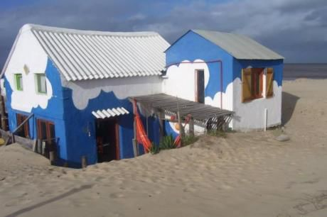 Rancho Azul Con Nubes En La Playa