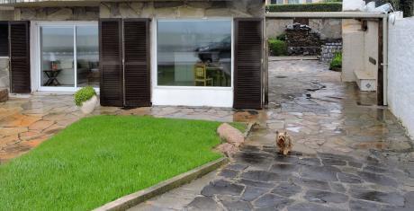 Apartamento Tipo Casa Con Entrada Independiente En Primera Línea Frente Al Mar.
