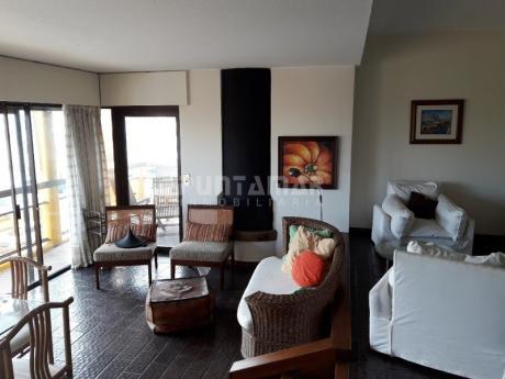 Amplio Apartamento Ubicado En Península, Con Una Terraza Al Frente, Vista Al Mar, Tres Dormitorios Y Terraza Lavadero
