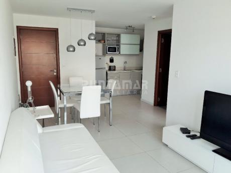 Apartamento De Un Dormitorio, Ubicado En Península, Cuenta Con Terraza , Cocina Integrada Y Servicios Que Ofrece El Edificio.