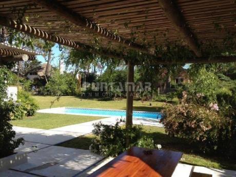 Casa De 3 Dormitorios En Alquiler En Rincón Del Indio. Gran Parque Con Muy Piscina