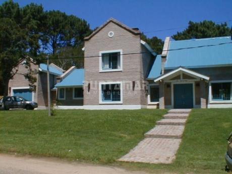 Divina Casa En Zona De Rincón Del Indio, Cuatro Dormitorios, Tres Baños, Piscina Y Parrillero