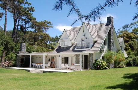 Muy Buena Casa En Excelente Entorno, Grand Parque, Amplia Galería Con Parrillero