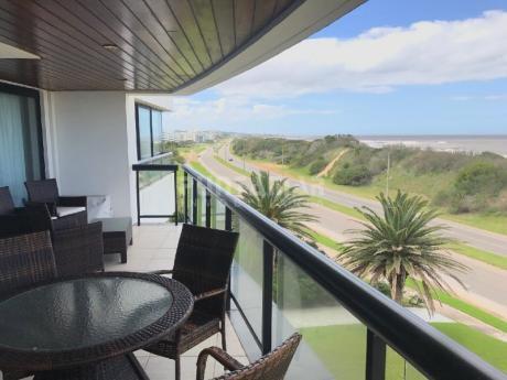 Penthouse  Frente A Playa Brava Con Amplia Terraza Al Frente, Parrillero Propio, Muy Bien Ambientado Y Completo De Quipamiento.