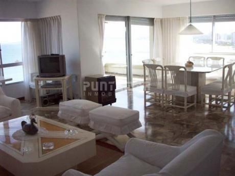 Apartamento Frente Al Mar , Ubicado En Playa Mansa, Piso Alto Con Terraza Al Frente Y Una Vista Increible.