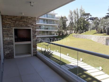 Apartamento En Rincón Del Indio, A Pasos De La Playa En Un Entorno De Naturaleza , Ubicado En Edificio De Categoría Con Amenitis Muy Completos