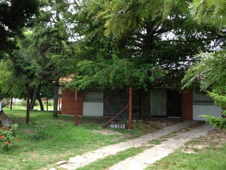 Casa Cómoda Y Bien Ubicada Con Gran Jardín Arbolado