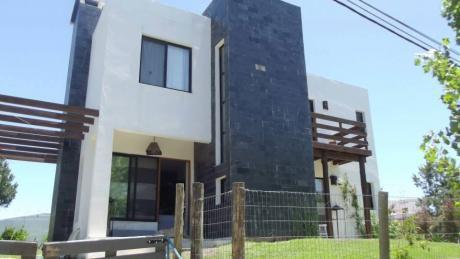 Hermosa Casa En Barrio Muy Tranquilo, Ideal Para Disfrutar En Familia.