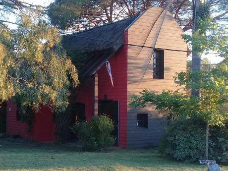 Casa Marrón Y Roja