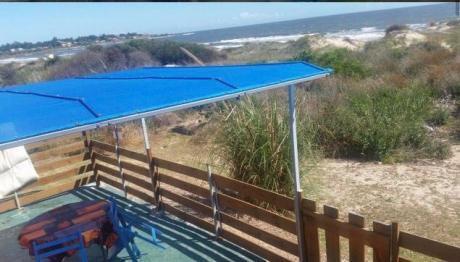 Hermosa Casa Sobre La Playa Al Lado Del Mar