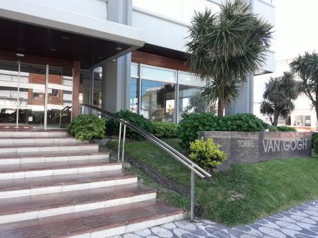 Punta Del Este-edificio Van Gogh-península-2 Dorm-2 Baños-5 Huespedes-cochera